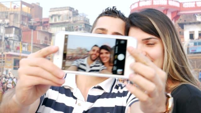 Pareja-tomando-un-selfie-en-Varanasi-India