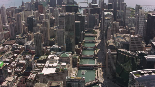 Aerial-shot-of-Navy-Pier-and-downtown-Chicago-
