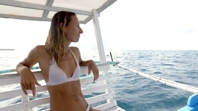 Una-joven-mujer-sentada-en-barco-contemplando-las-vistas-al-mar-en-las-Filipinas