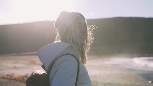 Mujer-turista-con-cuero-funda-de-pie-cerca-del-paisaje-costero-de-Islandia-