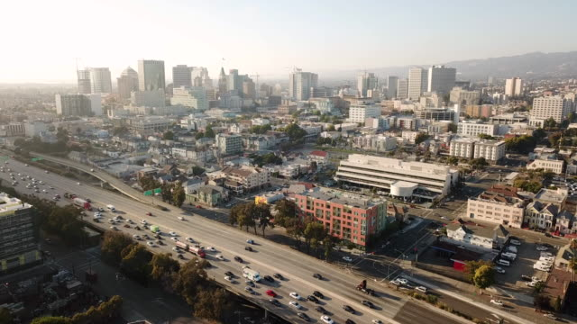 Vista-aérea-buscando-Eastinto-el-horizonte-de-la-ciudad-de-centro-de-la-ciudad-de-Oakland-Califonia