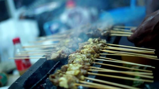 Indonesische-Satay-gegrillt-mit-Flamme-und-Rauch-auf-Street-Food-Basar