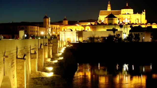 Spanien-Córdoba-Römische-Brücke-und-Mezquita-bei-Nacht