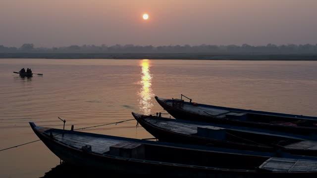 Paseos-en-embarcaciones-por-el-río-Ganges-en-Sunrise-en-varanasí-India