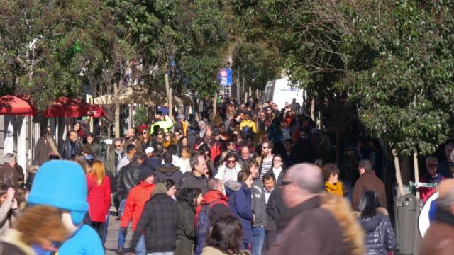 España-la-ciudad-de-Madrid-en-día-soleado-Atestado-calle-4-K