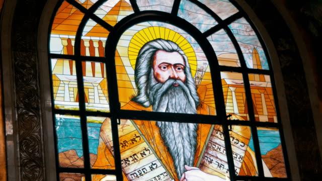 Ventana-de-cristal-manchado-con-una-imagen-de-Icono-Señor-Dios-en-la-Iglesia-Cristiana