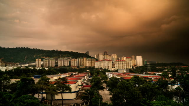 lapso-de-tiempo-de-paisaje-urbano-genérico-de-puesta-del-sol-a-la-noche-con-truenos-rayos