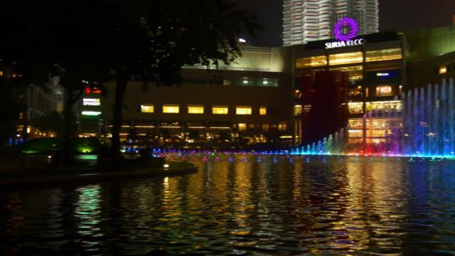 famosa-ciudad-de-kuala-lumpur-Malasia-Torres-panorama-de-noche-de-luz-fuente-de-música-4k
