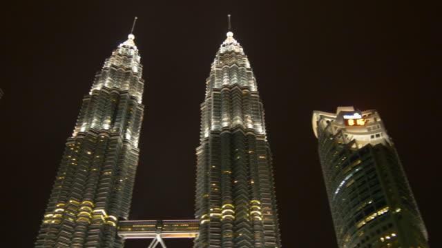 Malasia-kuala-lumpur-famoso-petronas-Torres-panorama-del-tiempo-de-noche-4k