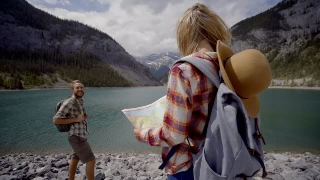 Paar-der-Wanderer-auf-der-Suche-auf-Karte