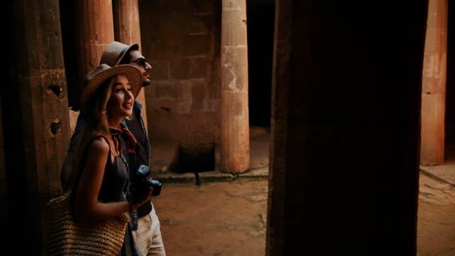 Junges-paar-auf-Sommerferien-besuchen-archäologische-Stätte-in-Rom