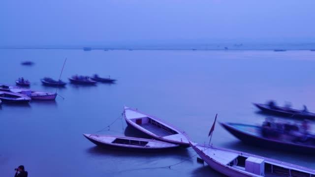 Bote-de-remos-de-peregrinos-indios-en-amanecer-el-río-Ganges-en-Varanasi-India-