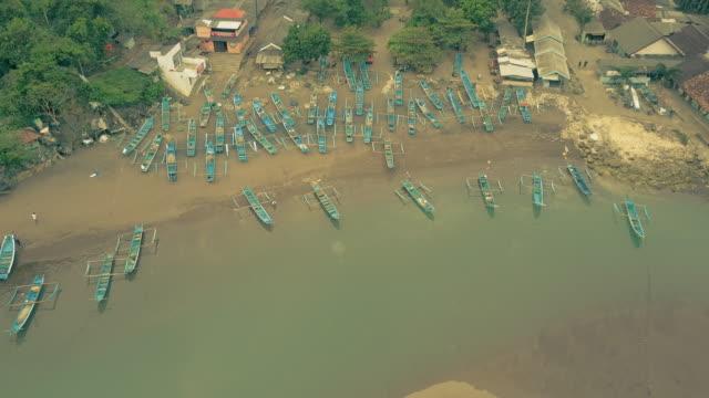Barcos-de-pesca-tradicionales-de-playa-Barón-acoplado-a-la-vista-aérea-de-la-costa-Yogyakarta-Indonesia