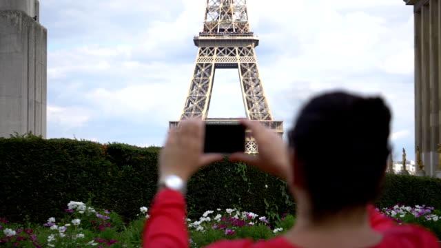 Cuadro-de-tomar-la-mujer-de-Torre-Eiffel-con-smartphone-en-cámara-lenta-180fps