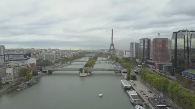 Imágenes-aéreas-de-París-con-el-Sena-y-Torre-Eiffel