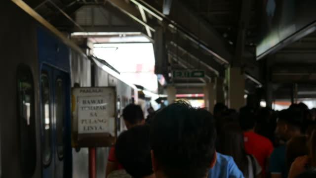Estación-de-tren-de-multitud-en-Manila
