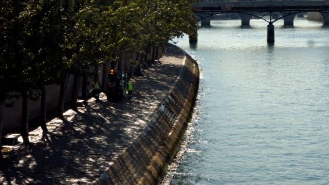 Limpieza-de-la-tripulación-en-la-orilla-del-río-Sena