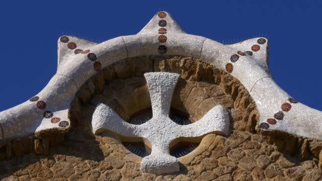 Luz-de-sol-Gaudí-parque-güell-en-el-último-piso-del-edificio-4-K-barcelona-España