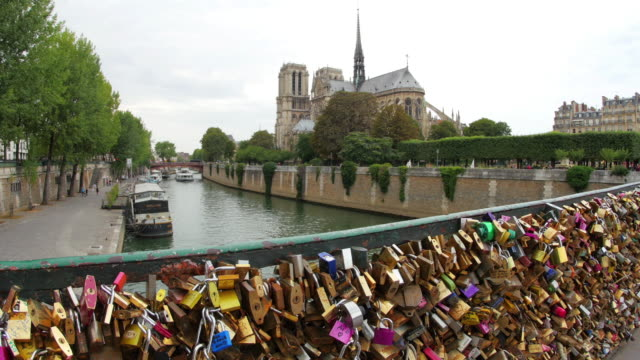 Amor-bloqueo-puentes-cerca-de-Notre-Dame-de-París-Francia