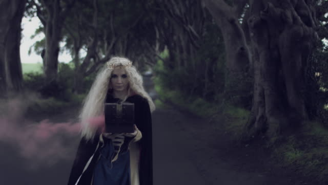 4k-Fantasy-Shot-in-Dark-Hedges-Queen-Holding-a-Box-with-Smoke