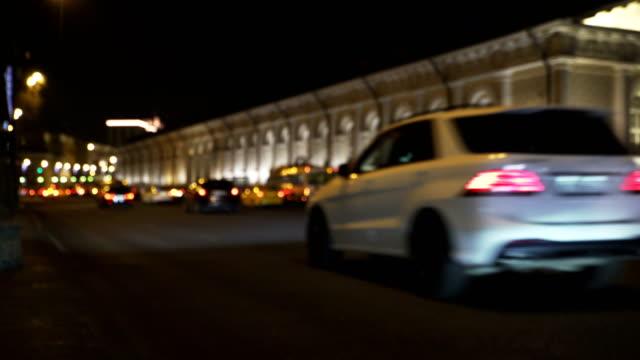 Concepto-del-tráfico-de-la-ciudad-de-noche-en-la-Plaza-Manezh-cerca-del-Kremlin-en-blur