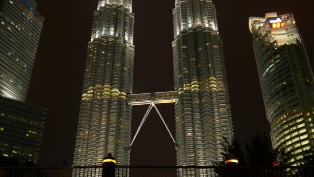 Malasia-kuala-lumpur-petronas-Torres-noche-iluminación-famoso-panorama-4k