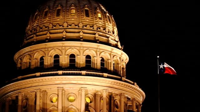 Lonestar-estado-bandera-ondas-Austin-Capital-edificio-noche