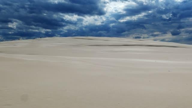 Desierto-de-arena-y-nubes-oscuras-de-tormenta