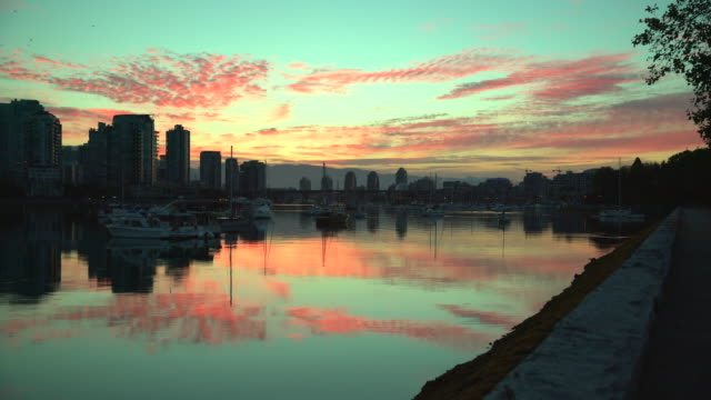 False-Creek-Sunrise-reflexión-Vancouver-4K-UHD