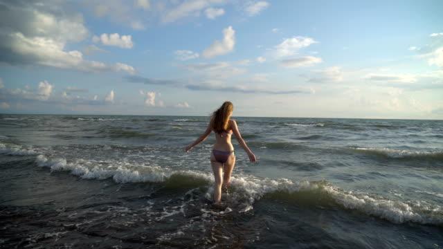 La-bella-rubia-en-bikini-caminando-por-la-playa