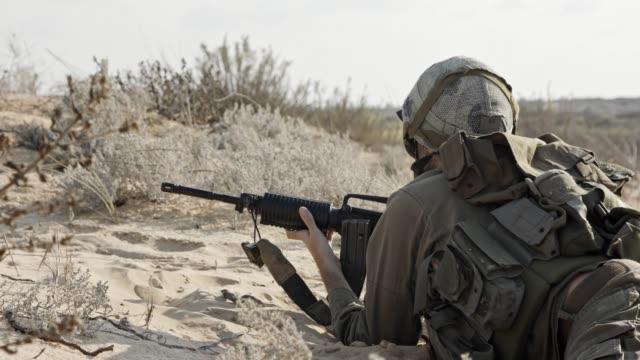 Soldado-israelí-corriendo-y-tomando-la-cubierta-durante-el-combate