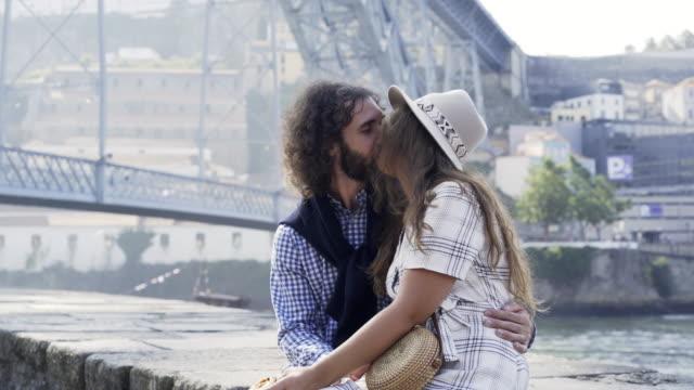 Paar-küssen-am-Ufer-in-Porto