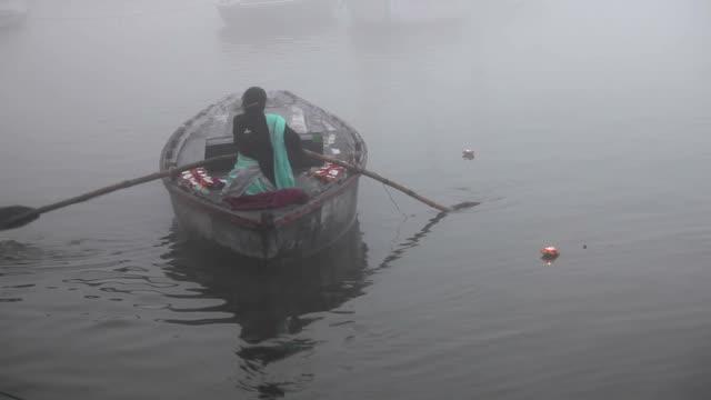 Mujer-en-barco-por-el-Ganges-de-flotación:-Varanasí-India