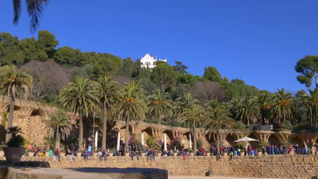 barcelona-la-luz-solar-Gaudí-parque-güell-personas-Descanse-4-k-España