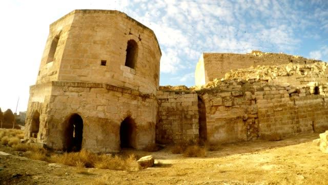 der-Turm-der-alten-Burgruine-nahe-der-Grenze-zwischen-der-Türkei-und-Syrien