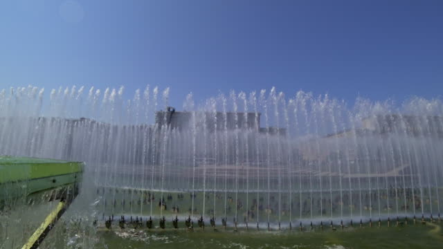Brunnen-komplexe-Moskovskaya-Platz-in-St-Petersburg-im-Sommertag-