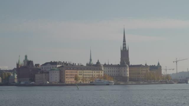 Un-castillo-en-la-orilla-del-mar-en-Estocolmo-Suecia