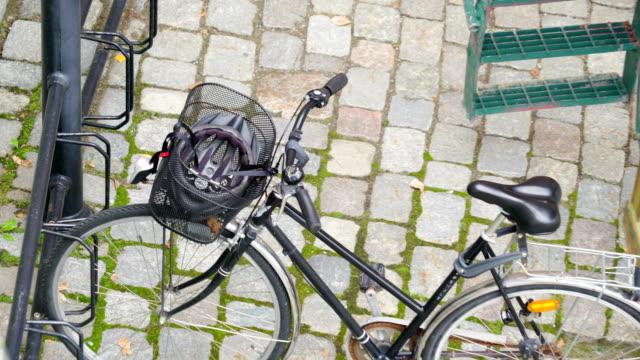 El-casco-en-la-cesta-de-la-bicicleta-en-Estocolmo-Suecia