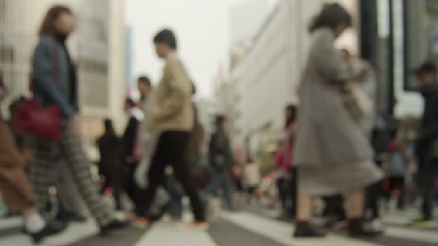 Slowmotion---Menschen-zu-Fuß-in-die-verschlüsselte-Kreuzung-in-Shibuya