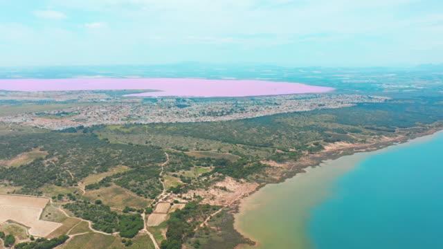 Panorámica-vista-aérea-de-vídeo-de-las-Salinas-de-color-brillante-lugar-famoso-Lago-Rosa-Costa-de-la-ciudad-de-Torrevieja-y-el-mar-Mediterráneo-Costa-Blanca-Provincia-de-Alicante-España