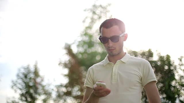 Hombre-hablando-por-teléfono-al-aire-libre-Cámara-lenta