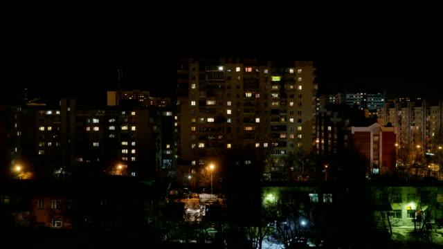 Noche-de-la-ciudad-El-semáforo-en-las-ventanas-de-edificios-altos