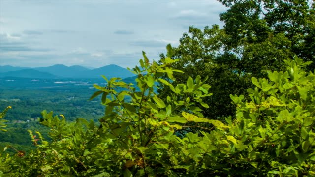 Toma-panorámica-a-la-izquierda-hacia-reveló-vista-panorámica-del-sur-de-Asheville-Carolina-del-Norte