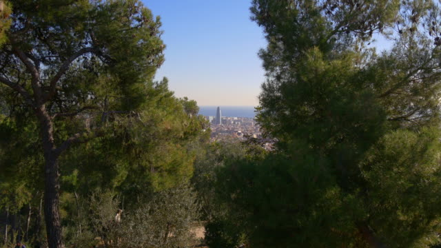 Luz-de-sol-barcelona-parque-güell-torre-agbar-4-K-España-vista-panorámica-al-mar