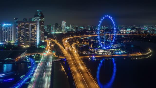 carretera-de-tráfico-ligero-de-noche-y-famoso-singapore-flyer-4k-lapso-de-tiempo