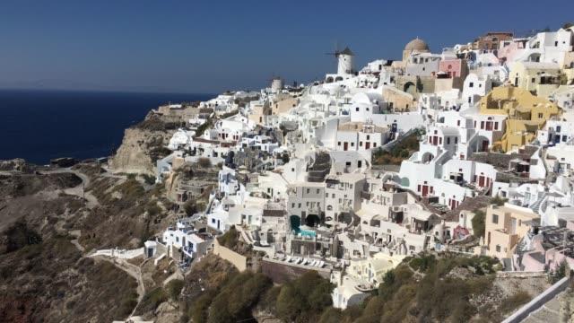 4k-video-blanco-romántica-increíble-casas-en-Oia-Santorini-island-Grecia-con-una-vista-panorámica-del-acantilado-todo