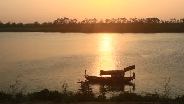 barco-en-el-río-asia