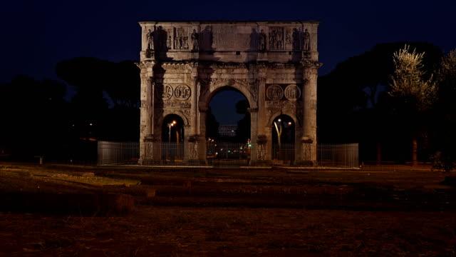 Arco-de-constantino-y-el-Coliseo-en-Roma-Italia