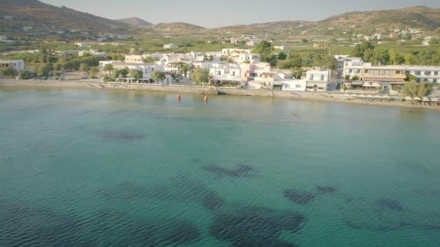 Vista-aérea-de-grandes-villas-blancas-frente-a-la-playa-en-Ydroussa-isla-de-Andros-