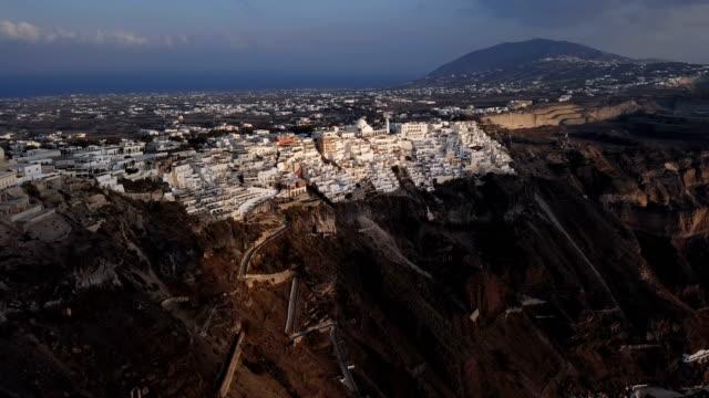 Sobrevuelo-de-la-ciudad-de-Fira-(Thira)-en-puesta-del-sol-isla-de-Santorini-Grecia